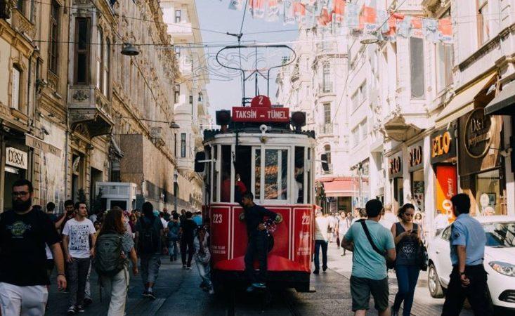 นั่งรถรางแบบวินเทจไปจตุรัสทักซิม (Taksim Square)